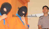 MUNCIKARI: Dua wanita yang diduga sebagai muncikari bisnis prostitusi pelajar, saat diperlihatkan kepada media di Mapolda NTB, belum lama ini. (DOK/RADAR LOMBOK)