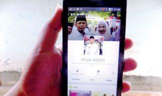 MEDSOS: Untuk meningkatkan komunikasi dengan masyarakat, kini Walikota Mataram H. Ahyar Abduh aktif di media sosial facebook. (Fahmy/Radar Lombok)