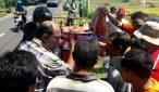 TOLAK: Kelompok Tani Loang Sawaq I Dusun Todo Desa Bentek Kecamatan Gangga KLU menolak bantuan alat atau mesin panen ukuran kecil karena dianggap sulit dioperasikan dan berpotensi mengancam keselamatan. Mereka minta diganti dengan mesin panen ukuran sedang. (ZULKIFLI/RADARLOMBOK)