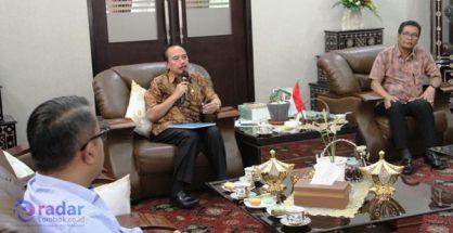 INVESTASI: Sekda Kota Mataram H. Effendy Eko Saswito saat menerima kunjungan calon investor kemarin (Sudir/Radar Lombok)